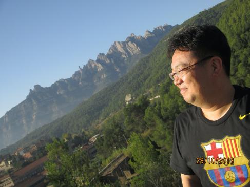 建築家アントニオ・ガウディが自身の作品の着想を得たとされるカタルーニャ・モンセラートの山をのぞむ