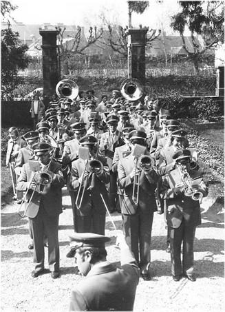 Städtischer Musikverein Erkelenz 1976 in St. James beim Marsch vor dem Rathaus