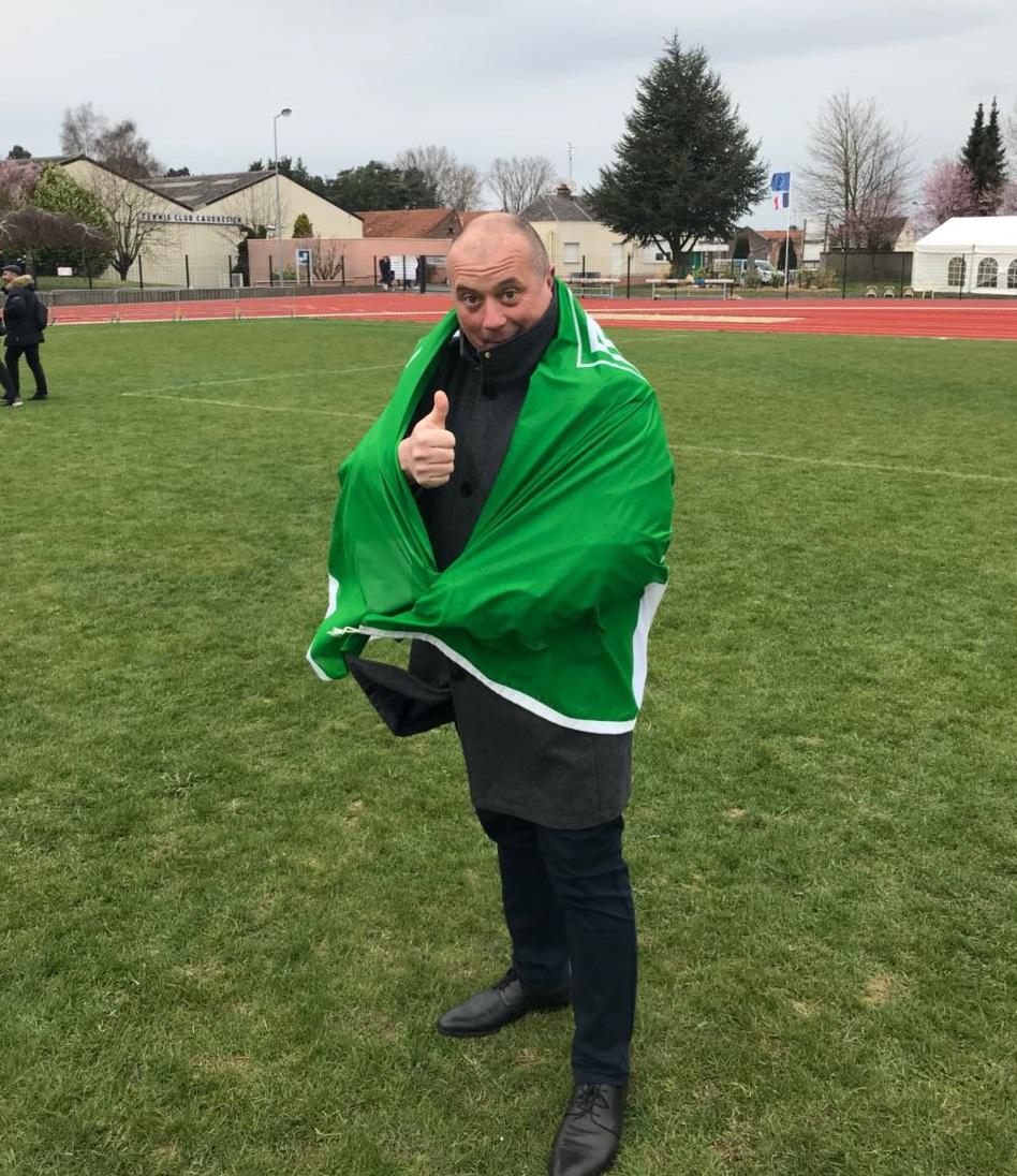 Der Bürgermeister von Caudry hüllt sich nach unserem Tuniersieg respektvoll in die Fahne des Wedeler TSV