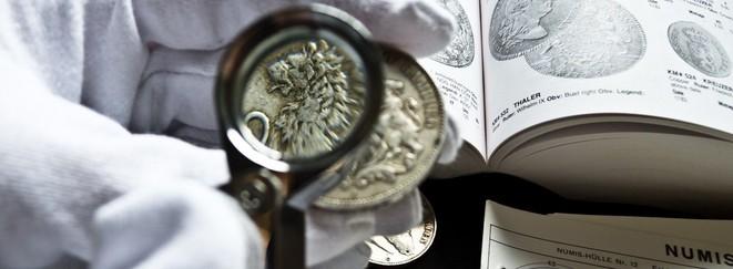 Münzkataloge, Lupen und Messtafeln helfen bei der Wertbestimmung