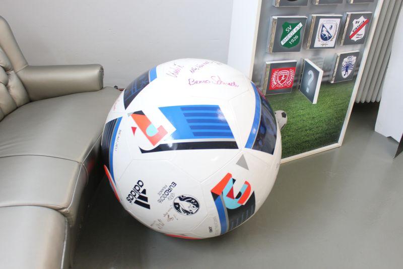 Unser riesiger Fußball mit Autogrammen vieler Bergheimer Spitzensportler.