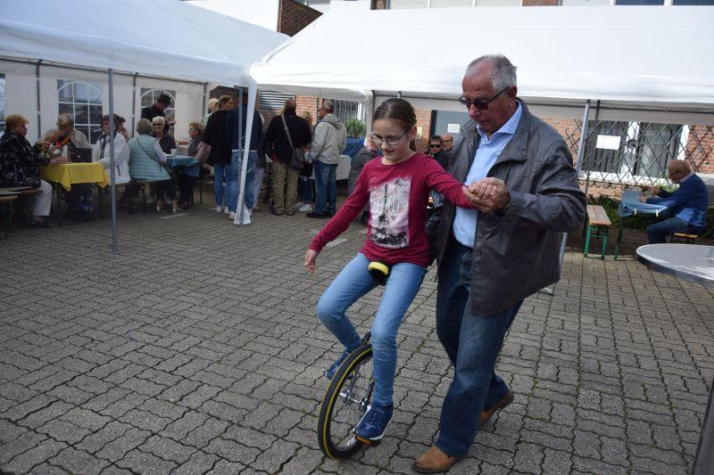Herr Quester bringt das Einradfahren bei