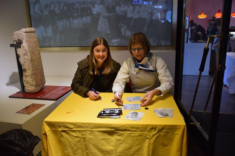 Autogrammstunde: Stefanie Kubissa und Ute Wessel
