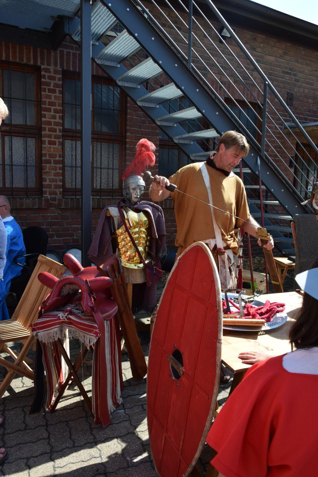 Der römische Reiter zeigt und erklärt seine Ausrüstung