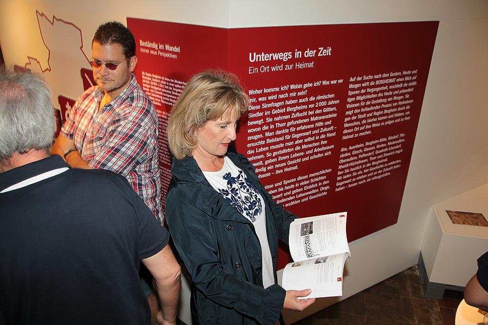"""die rot hinterlegten """"Podeste"""" gehöhren zur Dauerausstellung"""