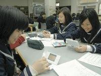ニンテンドーDSを使って勉強する生徒たち(3月11日、大阪府貝塚市立第二中学校で)=伊藤甲治郎撮影