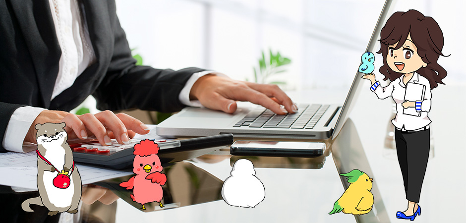パソコンと電卓を使って計算をする女性の写真+つむぎちゃんと生徒キャラクター