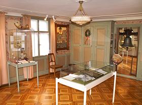 Der Ausstellungsraum für die Vereine war früher das Kinderzimmer. Die Malereien stammen vom Herisauer Maler Paul Hinterberger (1921-2014)