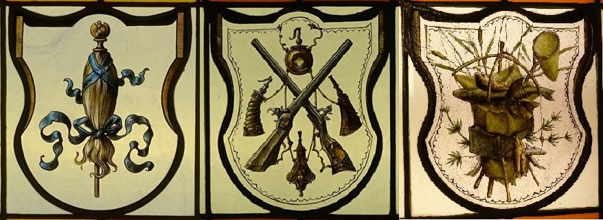 Die bleigefassten Fensterscheiben tragen die Symbole von Hobby und Beruf des Webereibesitzers: Jagd, Fischerei, Medizin, und der Spinnrocken. Hersteller der Fenster ist die Firma Wilhelm Schell, Offenburg im Breisgau.