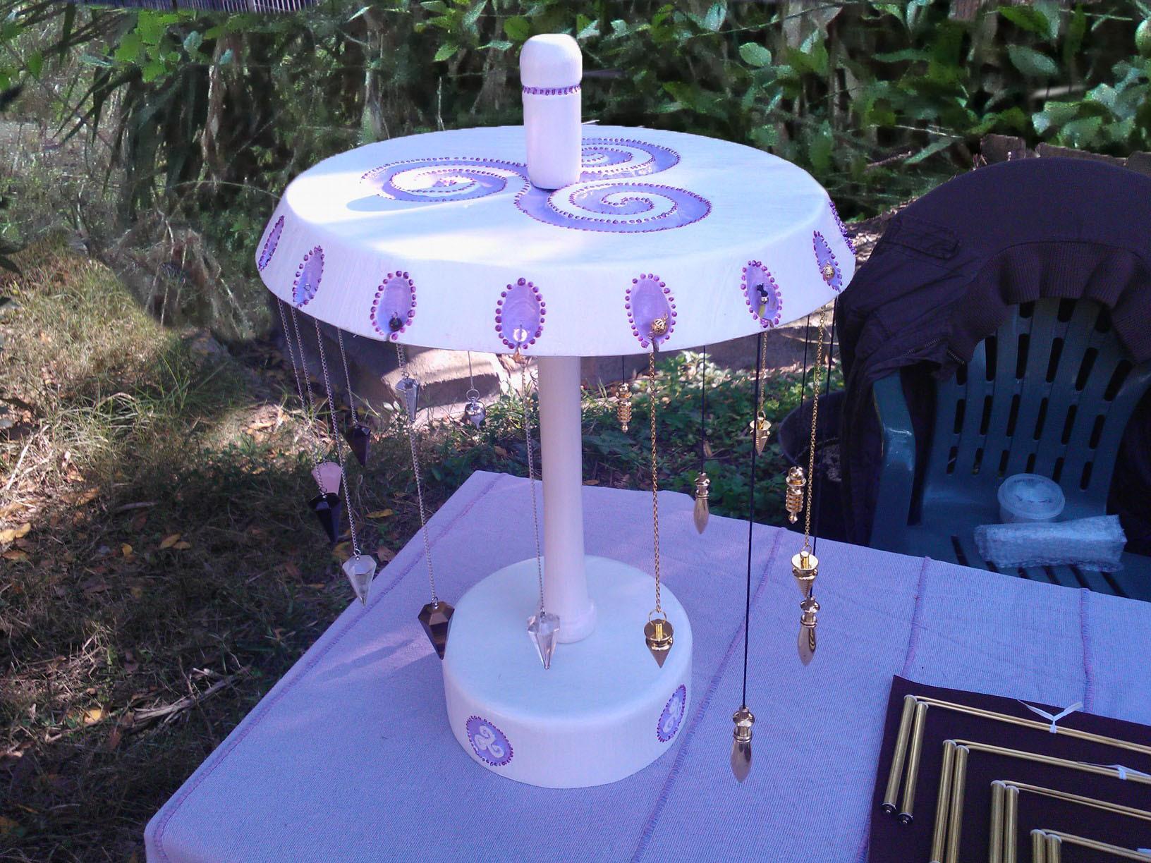 Le présentoir de pendules,réalisé par Denis et Marie sa femme...