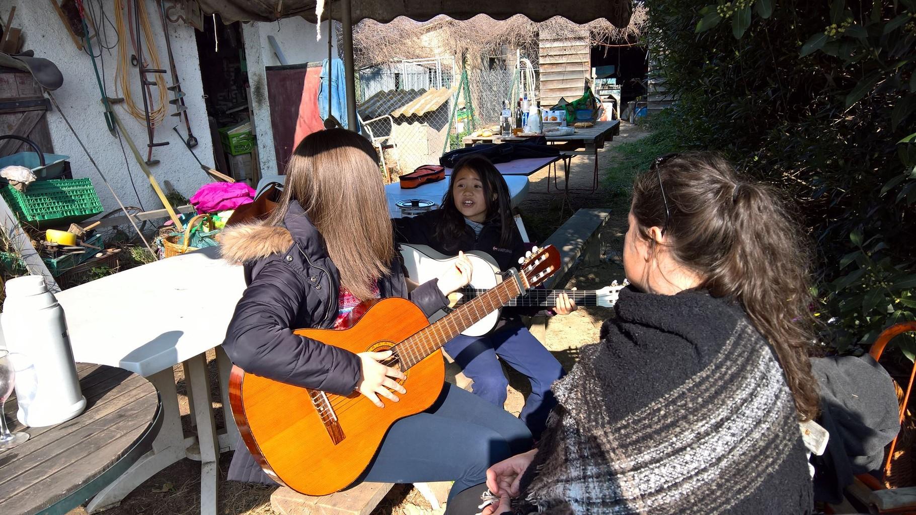 petit concert chant et guitare (Léa)