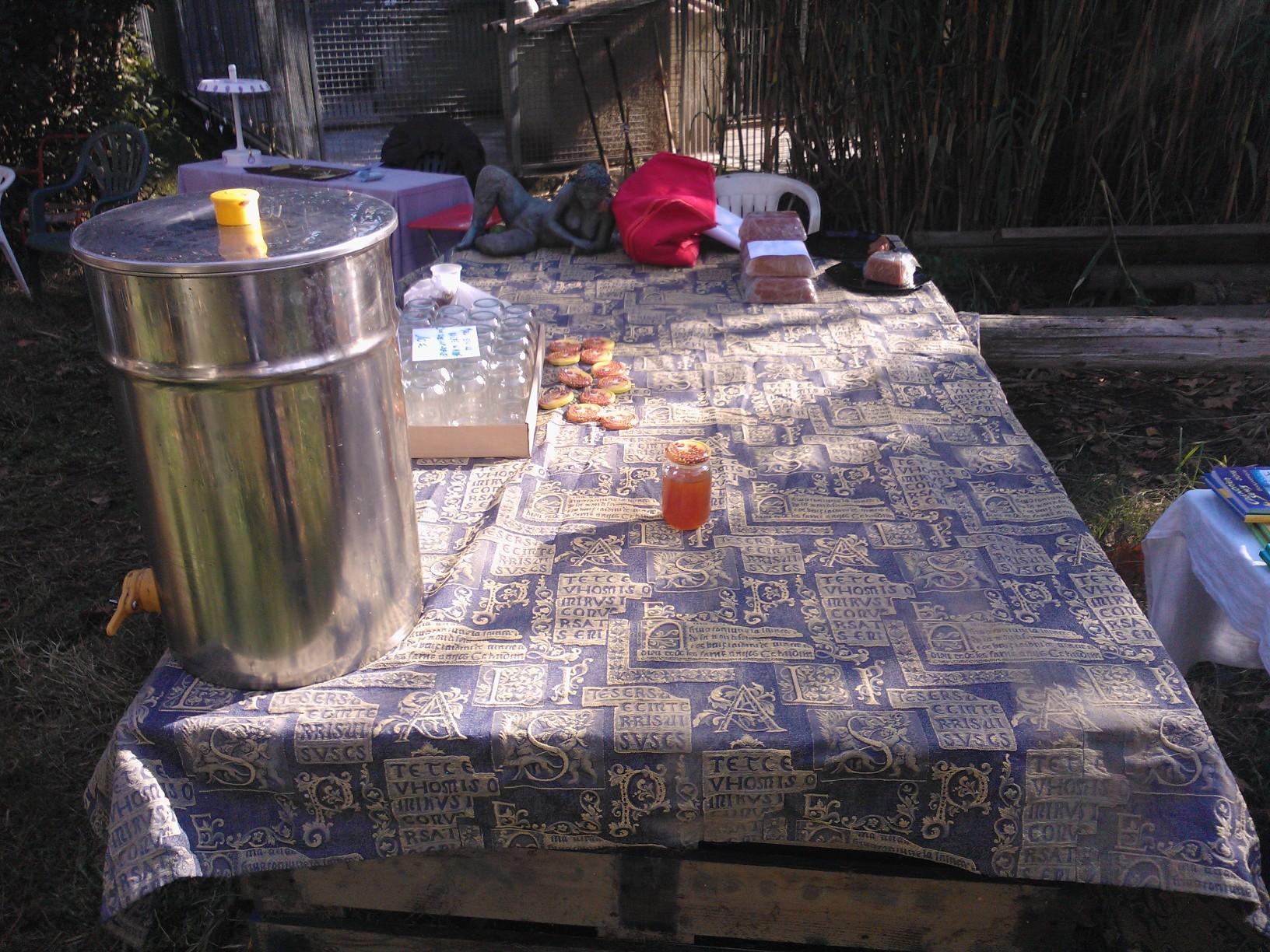 A gauche le maturateur,avec un peu de miel au fond la pâte de coings.