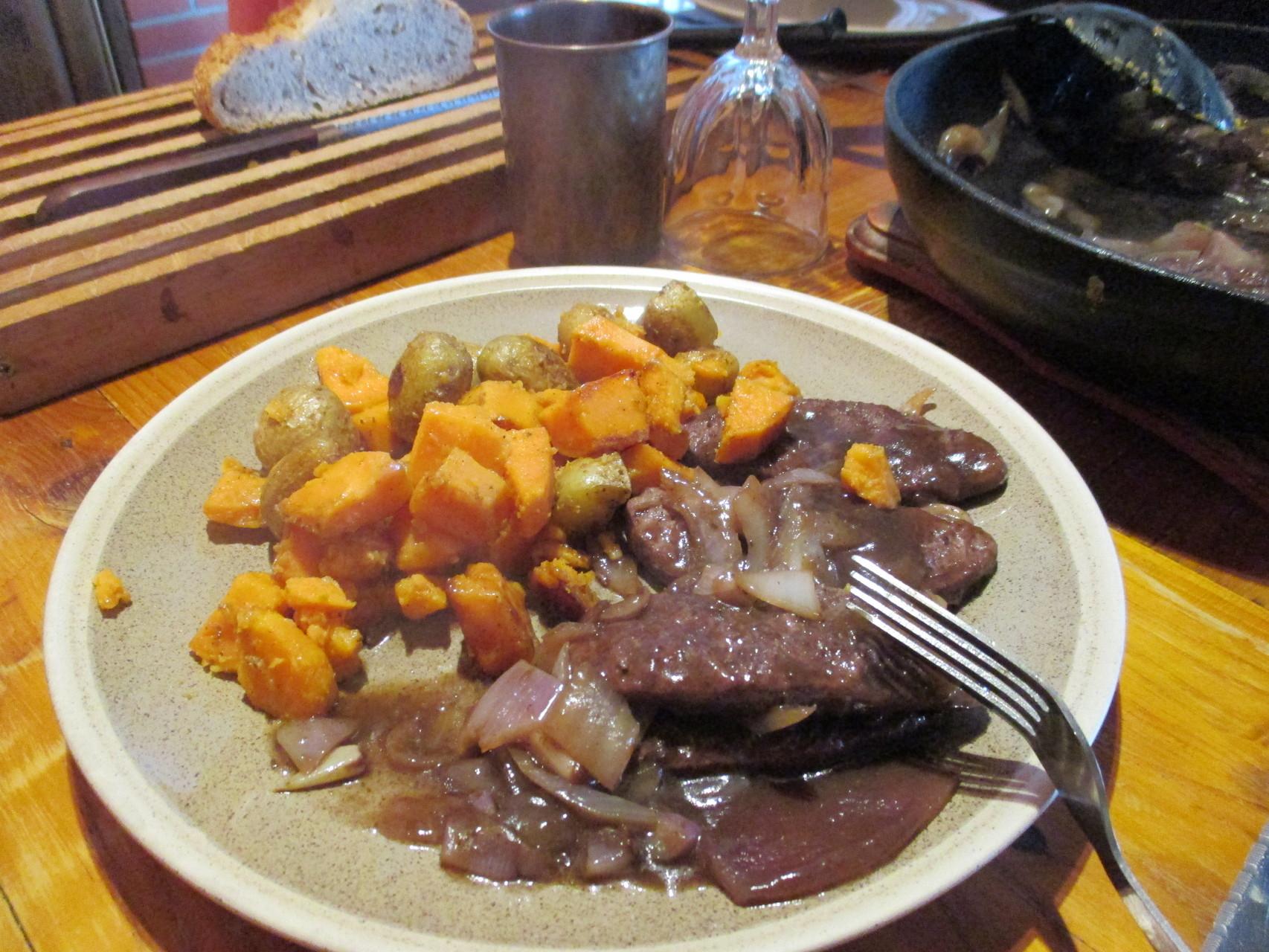 steaks de protéines de soja accompagnés de patates douces