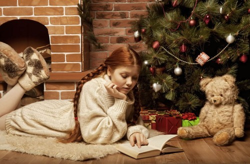 redhair-woman-reading-book-on by Cheschhh,–51202726
