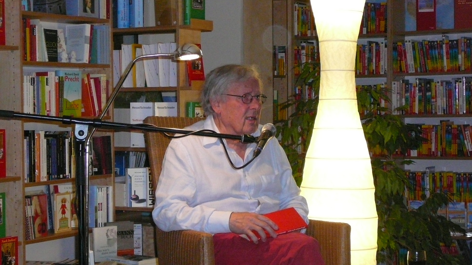 Rote Socken durften nicht fehlen: Klaus Wagenbach, politisches Urgestein und Verlagsgründer öffnete in der ausverkauften Lesbar seine Italienische Seele