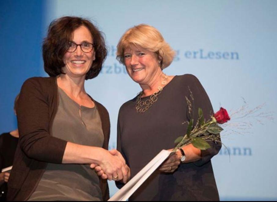Der große Moment: Staatsministerin Monika Grütters bei der Preisverleihung; Foto: Claus Setzer