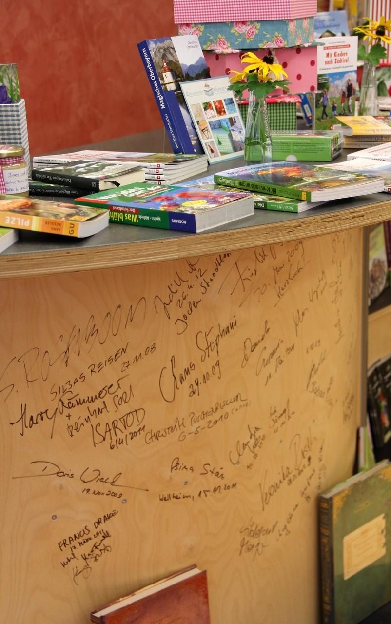 Schmuckstück: die Lesbar mit den Unterschriften der Autoren und Künstler, die in unserer Buchhandlung zu Gast waren