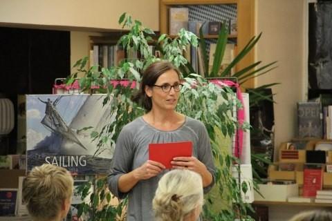 Susanne Barnsteiner leitet die erste Lesung ein