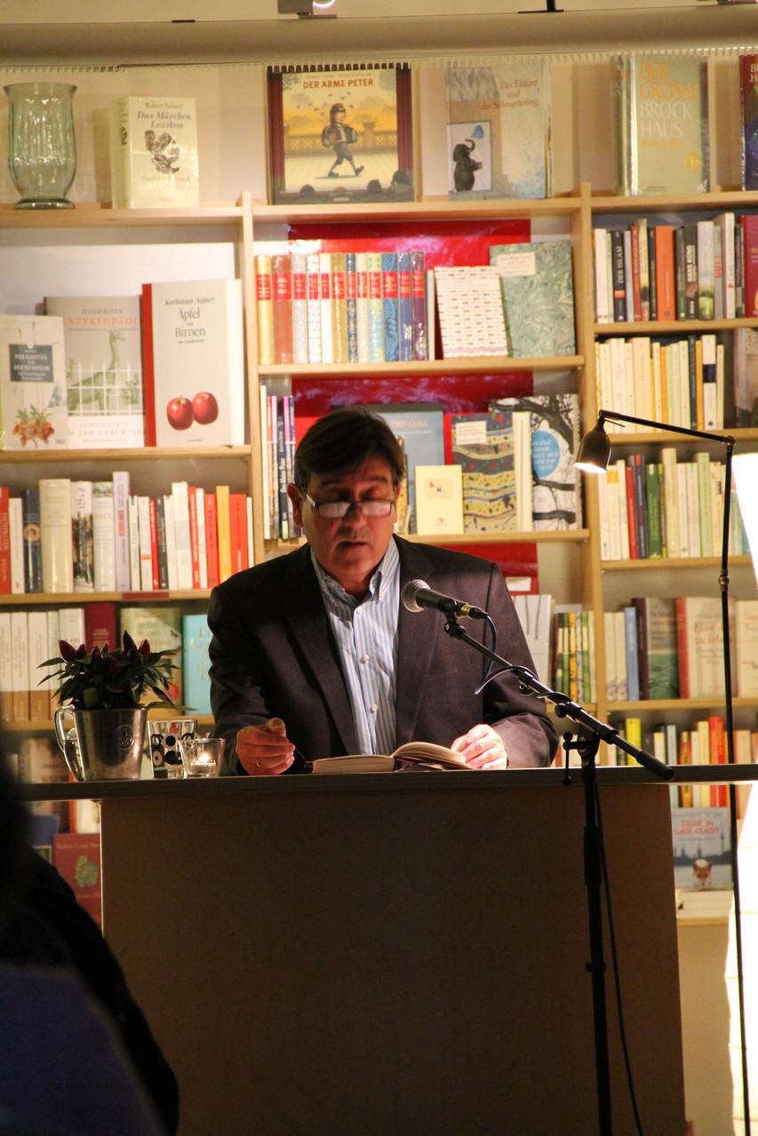 """Alain Sulzer bei der Lesung aus seinem neuesten Roman """"Aus den Fugen"""""""