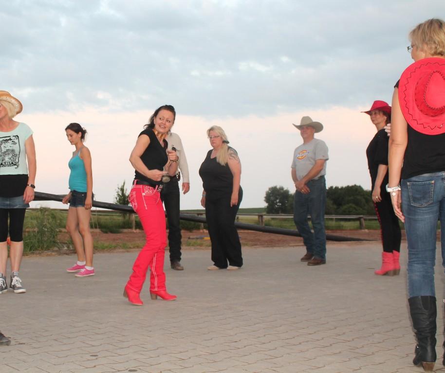 Probestunde im Line-Dance mit Romy Thomas.
