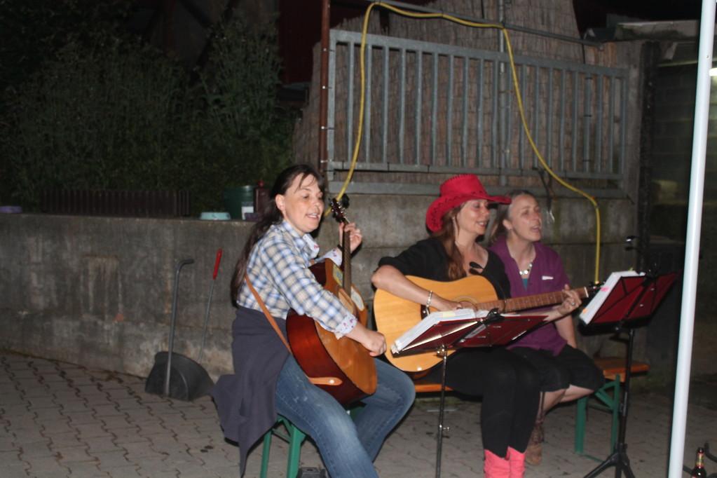 Mareike Schinz und Gabriela Borbas sorgten mit Gesang und ihren Gitarren für eine gemütliche Atmosphäre.