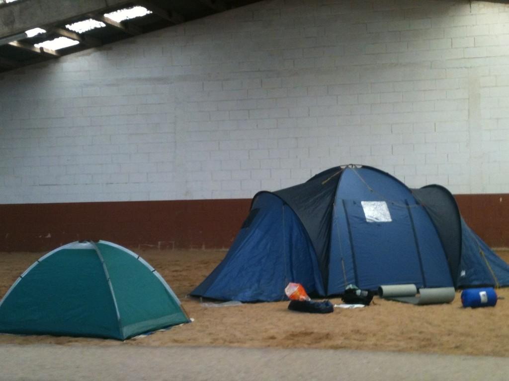 Das Zeltlager wurde kurzerhand nach drinnen verlegt. Zelten gehört eben zu einem richtigen Jugendlager dazu!