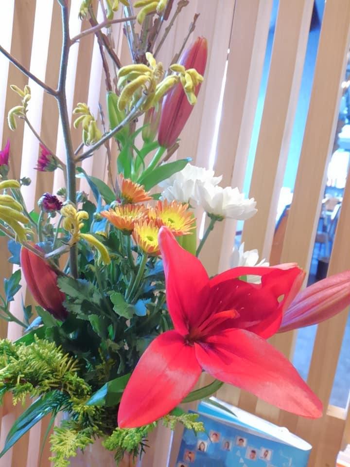 パッと真っ赤な百合がお出迎えです。華やかな赤、白の小菊達も X'masカラーのお役を果たしてます