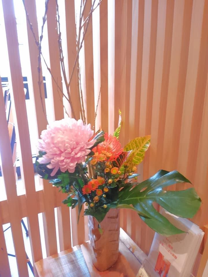 秋は菊やハロウィンのオレンジのお花でお出迎え