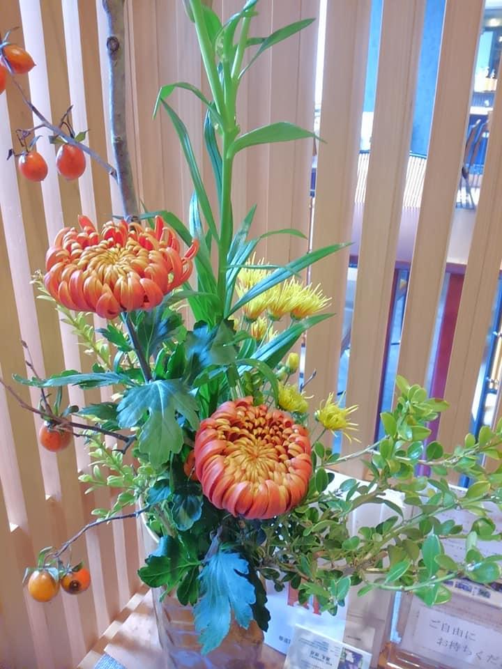 11月 今週は可愛い柿の実とゴージャスな菊でお迎え
