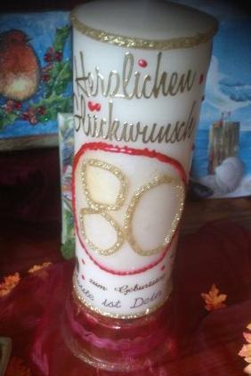 """Hier wurde die """"80"""" Hand gestaltet, besonders groß und die drumherum dekorierten Teile bestehen aus Wachs, so dass diese Kerze komplett abgebrannt..."""