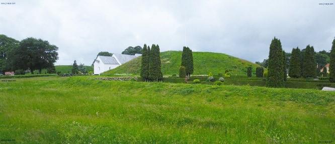UNESCO-Weltkulturerbe Jelling: Durchwandert Ihr das überraschend weitläufige Areal, atmet Ihr Geschichte. Dieser Ort war bereits in der Bronzezeit ein bedeutungsvoller Ort - im 10. Jahrhundert kam schließlich eine ganz besonere Stein-Gravur ins Spiel...