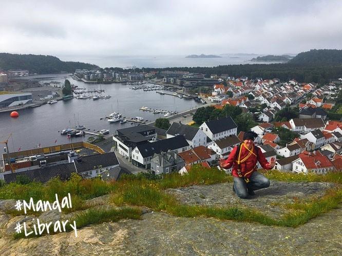 """""""Climbing up Uranienborg/Mandal."""" Einigen Bibliotheken nähere ich mich über Stock und Stein: Mandal Library (diese  Einrichtung ist jenseits des roten Wasserballs zu lokalisieren), Havnegata 2, Mandal/Norwegen..."""