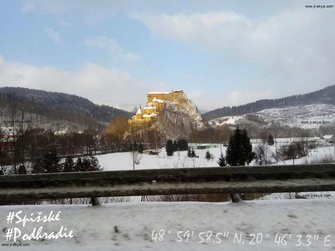 Die Burgruine Spissky hrad (Zipser Burg) befindet sich nur 40 Kilometer südöstlich der Hohen Tatra. Aus dem Umland bieten sich auch im Winter großartige Ausblicke auf die trutzigen Außenmauern, die zu den größten der Welt zählen