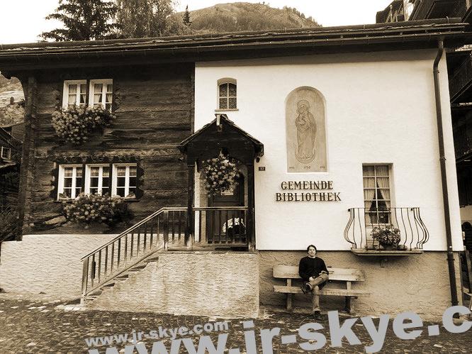 Auch am Matterhorn werden Bücher gelesen: Gemeinde Bibliothek Zermatt, Schweiz!