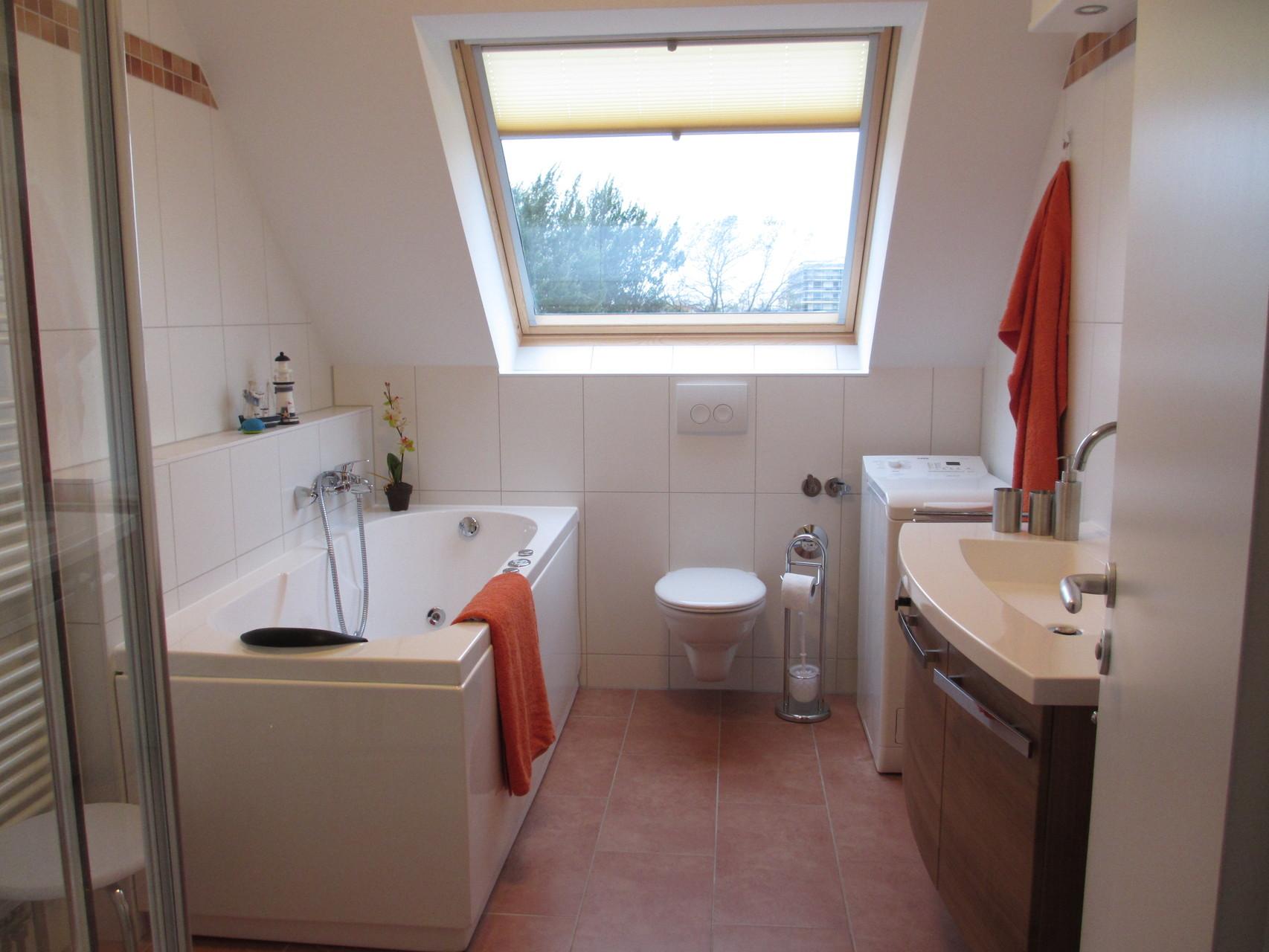 Badezimmer mit Tageslichtfenster, ...