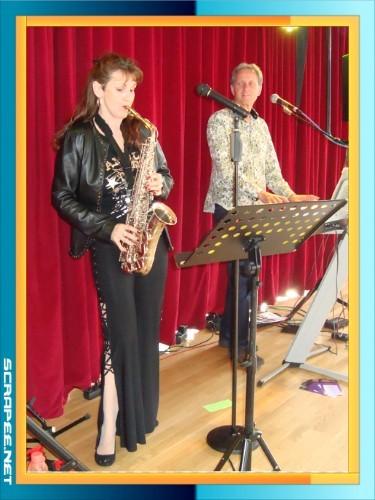Gaby Amon am Saxophon und Max am Keyboard (Bildklick)