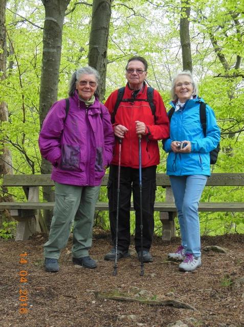 14.04.2016: Wanderung in den Föhrenbergen. Rodaun, Perchtoldsdorfer Heide, Kammersteinerhütte, Waldandacht, Perchtoldsdorf, Rodaun. Christine, Walter, Elfriede (von links)