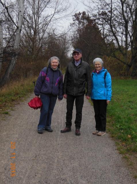 Wanderung am Marchfeldkanal. Von links: Christine, Walter, Elfriede (Foto: Herma Exner)
