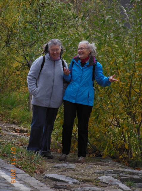 Elfriede (rechts) und Christine am Wientalweg (Foto: Herma Exner)
