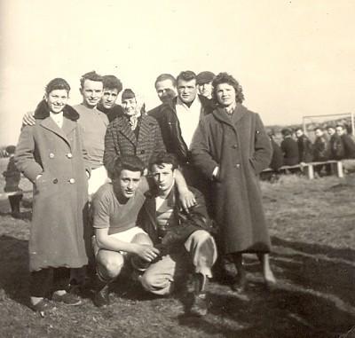 Christine (links) als Schlachtenbummlerin bei einem Fußballmatch in Zurndorf, Burgenland (02.03.1958)