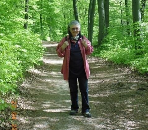 Wanderung auf die Wienerhütte mit Hermi. Weg nach Rodaun hinunter. Im Bild Christine. (22.04.2015) (Foto: Herma Exner)