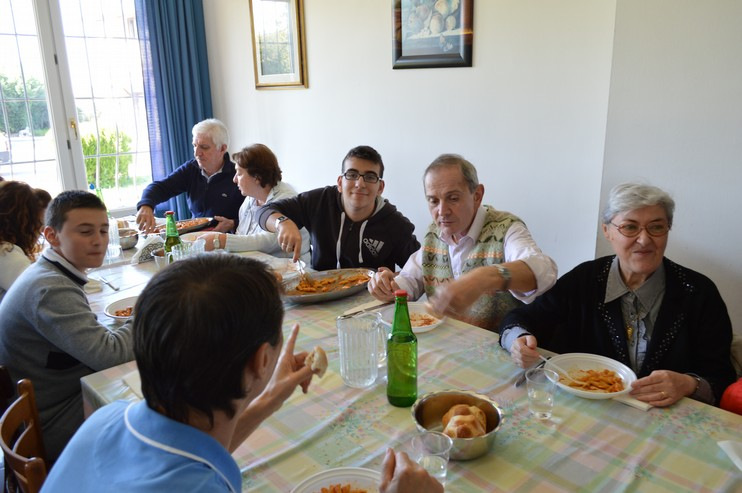 A tavola si fa festa ed amicizia