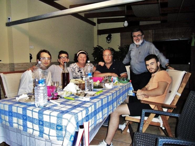 Ospiti giovani con giovani e famiglia