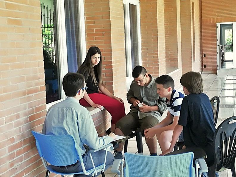 I giovani divisi in gruppetti si confrontano fra di loro