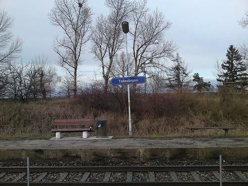 Bahnstation altes Schild. -