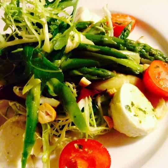Salat von grünem Spargel mit Büffelmozzarella und Kirschtomaten