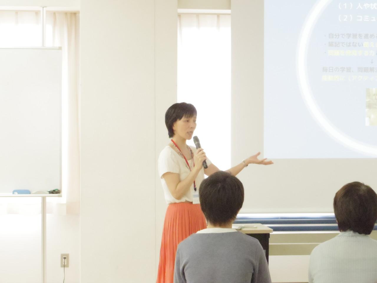 「教育」ブースで講義する平山先生