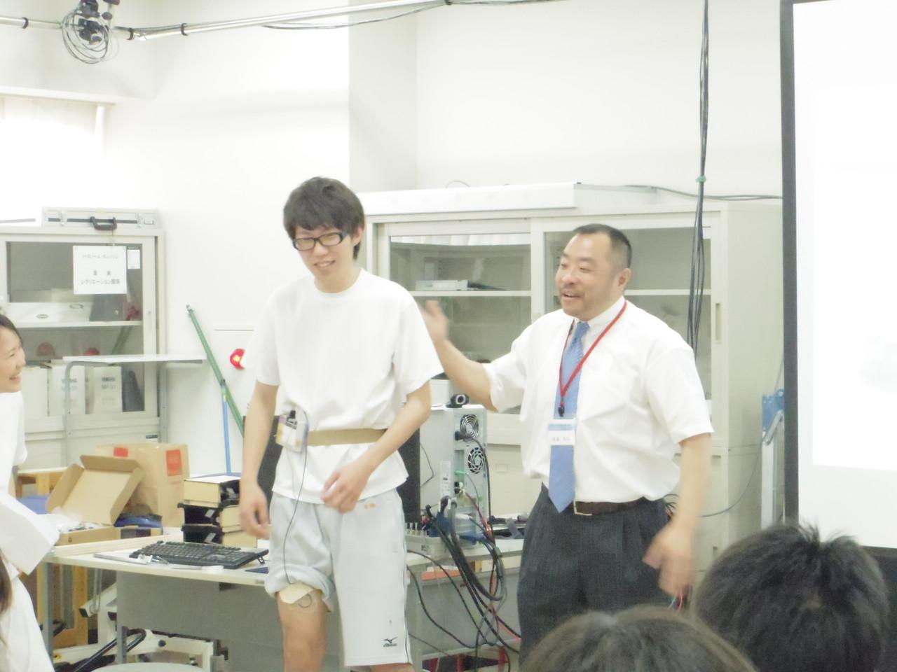 「研究」ブースでトークする後藤先生と学生