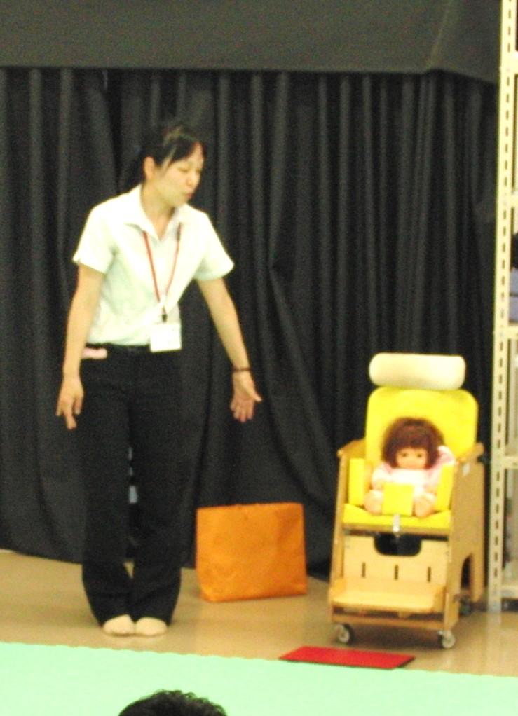 子供の姿勢体験と動作介助体験をしてもらいました