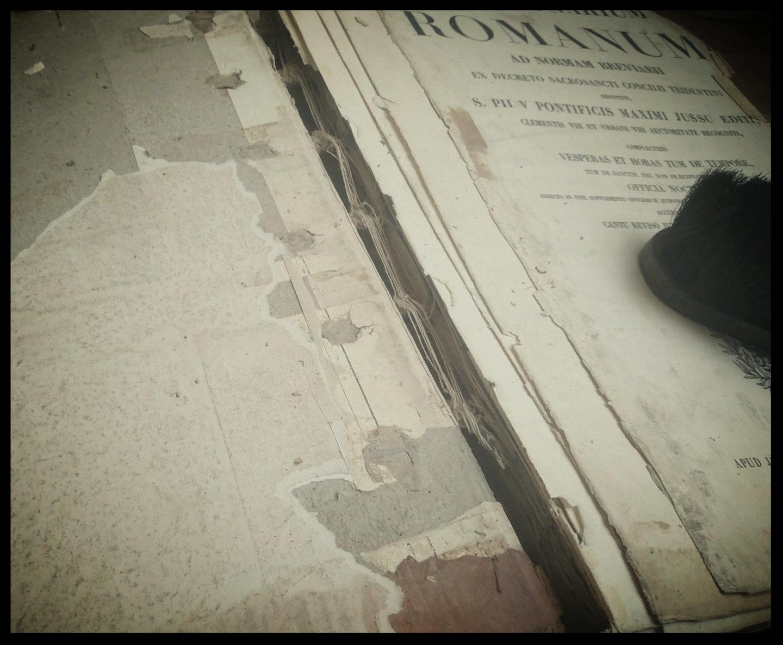 Retrait des anciennes gardes blanches et début du nettoyage et démontage des cahiers abîmés